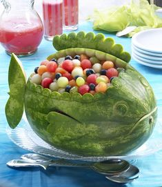 obst schnitzen wassermelone fisch tischdeko You are in the right place about food carving thai Here Watermelon Whale, Carved Watermelon, Watermelon Bowl, Watermelon Ideas, Watermelon Animals, Watermelon Carving Easy, Watermelon Flower, Watermelon Designs, Watermelon Birthday