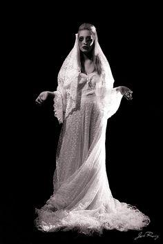 Título: La novia despechada.    Modelo: Desi Ruiz. Peluquería: Desi Ruiz. Maquillaje: Rocío Moreno. Fotografía: José Ruiz.