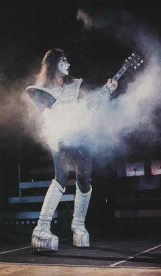 damn that is awesome those wing things poked gene in the eye Kiss Members, Vintage Kiss, Kiss Pictures, Last Kiss, Love Gun, Kiss Band, Ace Frehley, Hot Band, Foo Fighters