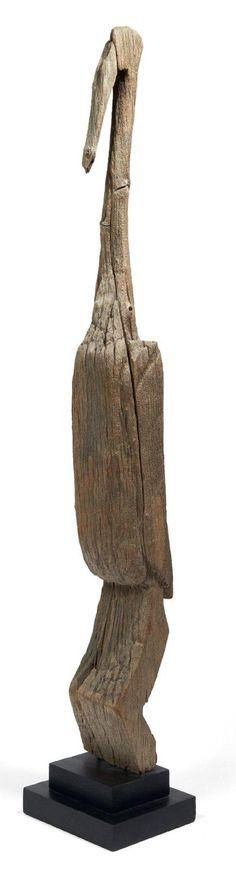 SOMMET DE POTEAU d'enclos funéraire en bois raviné de camphrier représentant une grande et hiératique figure d'Ibis royal. Populations Sakalava ou Vézo Madagascar.