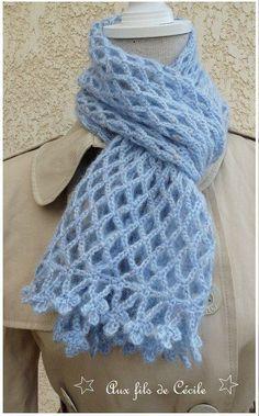 Spécial Débutante Une écharpe fleur bleue au crochet : je vous propose ce très jolie écharpe très facile à faire