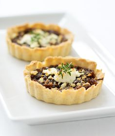 Balsamic onion tart with goat cheese and thyme- Ive made almost identical tartlets in a muffin tin and used storebough pie crust in a pinch-YUMM Cheese Tarts, Goat Cheese, Goats Cheese Starter, Quiches, Tart Recipes, Cooking Recipes, Hacks Cocina, Balsamic Onions, Balsamic Vinegar
