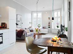 ワンルームに関わらず、ソファ、ベッド、ダイニングテーブルをコンパクトに置いて楽しむ学生のお部屋。