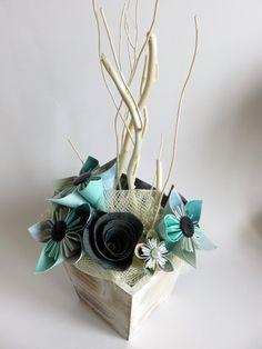 Composition réalisée manuellement dans notre atelier Toulousain. Elle est composée de 9 fleurs kusudama turquoise et gris, fabriquées suivant des techniques de pliage de papie - 14500031