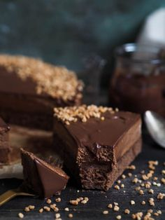 Milk chocolate mousse cake with chocolate ganache Single Layer Cakes, Flourless Cake, Chocolate Mousse Cake, Piece Of Cakes, Coffee Cake, No Bake Cake, Food And Drink, Favorite Recipes, Baking