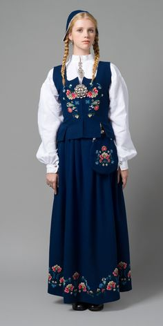 More og Romsdal Folk Fashion, Ethnic Fashion, Vintage Fashion, Folk Clothing, Historical Clothing, Traditional Fashion, Traditional Dresses, Folklore, Norwegian Clothing