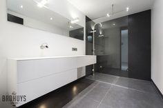 Minimalistische badkamer combinatie zwart en wit, Het Badhuys Breda   Het Badhuys