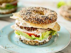 Hoch hinaus: Club Sandwich Bagels mit Käse-Omelett