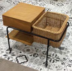 60-luvun alun sivupöytä pyörillä . vetolaatikko pöytätason alla . pöydän tuplakansi käännettävissä rottinkikorin päälle . korkeus 61 . leveys 73 . syvyys 50cm