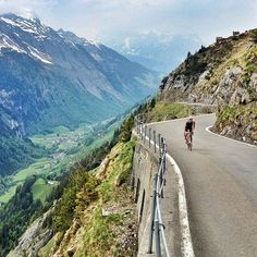 Can anybody take me back to that cycling wonderland please? 💕☺😇 #cycling#cycle#roadbike#switzerland#swiss#alps#nature#landscape#outsideisfree#girl#sport#training#fitness#healthy#happy#passion#motivation#friendship#smile#uohill#klausenpass#road#lonesome#cyclingshots#photography
