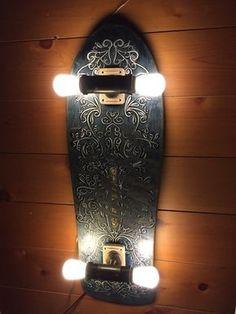 Sicherlich keine neue Idee, die andyshinkage da hatte, aber sie ist eben schön umgesetzt. Alte, ausgediente Skateboards zu Lampen für die Wand umfunktionieren. So macht man das eben heutzutage. Geil.