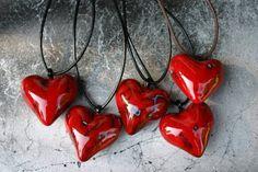 Kuvassa on Sykkivä sydän -kaulakorut (kuva Tuula Laukka). Korujen nauhat ovat säädettävissä itselle sopivaksi. Materiaalina ovat keramiikka ja nahka. Finland, Sculptures, Wall Art, My Style, Heart, Jewelry, Design, Jewlery, Jewerly