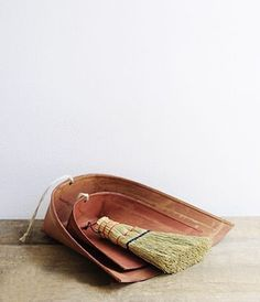 Plastic-free dustpan and wooden broom for cleaning a zero waste home