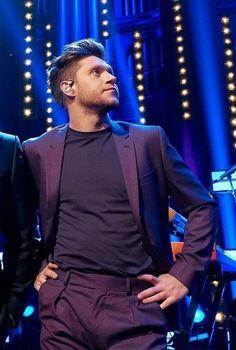 Niall + traje morado = perfección