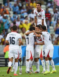 El fútbol es un deporte muy popular de Costa Rica. A la gente de Costa Rica le gusta jugar al fútbol y mirar al fútbol.