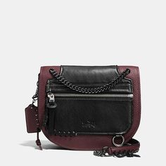 With a tough curb-chain strap on a timeless saddle bag shape, the Shadow Crossbody updates an iconic Coach silhouette with a fresh spirit of rebellion. Rip-and-repair detailing with baseball-inspired stitching is a nod to heritage Coach craftsmanship.