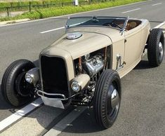 Acquire terrific ideas on hot rod cars. They are actually available for you on our website. 32 Ford Roadster, Hot Rod Pickup, Car Man Cave, Traditional Hot Rod, Classic Hot Rod, Ford Classic Cars, Us Cars, Big Trucks, Dodge Trucks