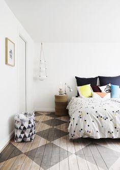 moderne schlafzimmergestaltung mit holzboden streichen muster in grau via Fabrics & Linens from Danish Oyoy