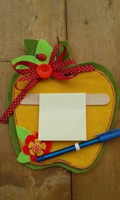 Pannello portamemo a forma di mela, by melamelo', 12,00 € su misshobby.com Cd Crafts, Felt Crafts, Diy And Crafts, Crafts For Kids, Birthday Explosion Box, Back To School Crafts, Happy Mother S Day, Kindergarten Art, Finger Puppets