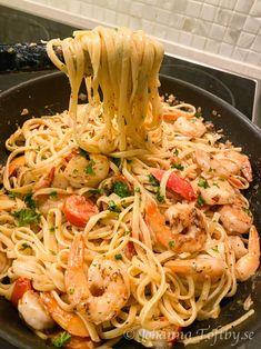 Pasta linguine med scampi - Johanna Toftby Fish Recipes, Pasta Recipes, Real Food Recipes, Healthy Recipes, Pasta Med Bacon, Cooking With Coconut Milk, Dorm Food, Feta Salat, Food Goals