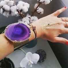 Hello beautiful  #bracelet #manchette #cuff #agate #stone #purple #gold #jewellery #latelierdesdames #hossegor #uneaune #localdesigner #flashtattoos #white #flowers #orchid #cotton #jewels #armcandy