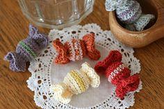ヘアゴムにもできる編みキャンディー♪ の作り方|編み物|編み物・手芸・ソーイング|作品カテゴリ|アトリエ Crochet Keychain, Crochet Earrings, Crochet Accessories, Hair Accessories, Japanese Crochet Patterns, Ribbon Hair, Totoro, Crochet Flowers, Lana