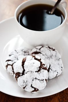 mexican chOcOlate crackle biscuits and a cup of coffee Café Chocolate, Mexican Chocolate, Chocolate Crinkles, Chocolate Recipes, Chocolate Heaven, Cookie Recipes, Dessert Recipes, Pie Pops, Cupcakes