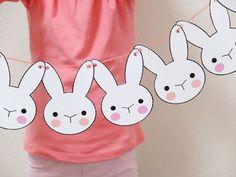 Você também pode desenhar e recortar coelhinhos de papel e fazer um varal com eles, para deixar a casa decorada e mais divertida!
