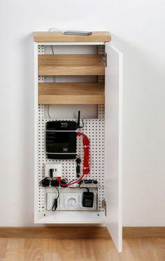 Kabelsalat Ordnungsidee - Kabel, Stecker und Ladestation ordentlich verstaut in kleinem Schränkchen. Idee für einen erleichterten Alltag.