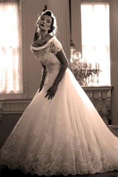 Love this classic 50's style wedding dress <3   weddings fifties grace kelly lace