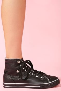 these are sexiest, sickest sneakers this old hags ever goddamned laid her cataract eyes on, lord