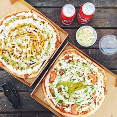 Lunch by the lake. Today we're enjoying a Swedish specialty: Kebab Pizza. It's basically a döner kebab on top of a pizza, with fries and without. One also had ham. Pizza Kebab, Good Food, Yummy Food, Scandinavian Food, India Food, Swedish Recipes, Kebabs, Street Food, Pizza