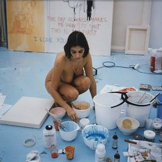 Tracey Emin is a British artist, a part of the group known as Britartists or YBAs (Young British Artists) known for using her life events as inspiration for works. Louise Bourgeois, Artist Life, Artist At Work, Oil Canvas, Tracey Emin, Beneath The Sea, Jeff Koons, Oldenburg, Famous Artists