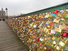 Pont des Arts do rio Sena em Paris - França. Os apaixonados compram um cadeado e penduram nas pontes com seus nomes escritos. A chave do cadeado é jogada no rio como prova do amor guardado. Lindo.