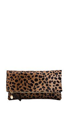 Clare V. Clutch de solapa en Leopardo | REVOLVE