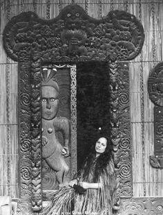 Makareti (Maggie) Papakura at Te Taura meeting house, Whakarewarewa. Maggie later strove to break the colonial photography of 'dusky maiden' & 'south seas belle.' Love that carved door. Polynesian People, Polynesian Art, Nz History, American History, Maori People, New Zealand Landscape, Maori Designs, Dreamy Photography, Maori Art