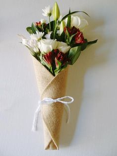 Burlap Floral Wrap With Pocket. Discover other wholesale floral wrap, burlap fabric wraps and floral design tools at Packaging Decor! Flower Boquet, Calla Lily Flowers, Wedding Vase Centerpieces, Wedding Vases, How To Wrap Flowers, Flower Wrap, Burlap Mason Jars, Flower Packaging, Wedding Wraps