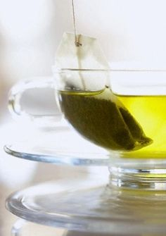 Green Tea Eye De-Puffer After steeping two bags of green tea, let them cool (or stick them in the refrigerator), then place over eyes for 5 minutes. The Vitamin C, antioxidants and tannin from the green tea will help reduce swelling and tighten skin around the eyes.