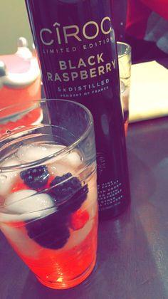 Black Raspberry, lemonade, grenadine, berries and a splash of sprite Raspberry Liquor Recipe, Black Raspberry Recipes, Raspberry Drink, Vodka Mixed Drinks, Liquor Drinks, Alcoholic Drinks, Party Drinks, Cocktail Drinks, Cocktails