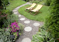 Askellaattoja pitkin on mukava kävellä vaikka paljain jaloin. Katso Meidän Talon ohjeet ja tee itse kaunis pihapolku!