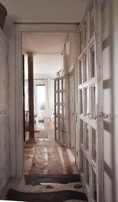 Nous voici aujourd'hui dans la maison d'été de l'artiste catalane Pepa Poch, où elle a installé son atelier. Située sur la Costa Brava, les inspirations typiques des maisons classiques méditerranéennes m'ont tout de suite plu : beaux volumes, murs blancs, larges ouvertures et le + bluffant, le sol : un mix de béton et de parquet, qui donne un caractère incontestable à l'endroit. Pour la petite histoire, les clichés sont du talentueux photographe Rubén Ortiz… Voici les pics… Sur le même…