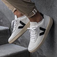 Heres a slick sneaker for the grown man. Goes well with a variety of casual and nice casual outfits. - Veja stands for transparency organic materials and fair trade. Dress like you give a damn. Sneaker Outfits, Sneakers Outfit Men, Converse Sneaker, Puma Sneaker, Casual Sneakers, Sneakers Fashion, Casual Shoes, Veja Sneakers, Sneakers Mode