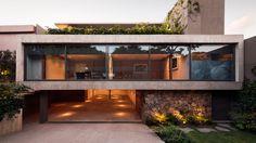 A Casa Caúcaso é uma residência de três andares, localizada na Cidade do México e projetada para uma família de cinco pessoas. O design cuidadosamente elaborado marca um forte contraste entre seu exterior dinâmico, brutalista e uma atmosfera interior acolhedora e convidativa.