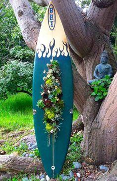 SURF'S UP Classic Surfboard Succulent Planter Wall Art. via Etsy. Een oude surfplank die dienst doet als wand voor vetplantjes