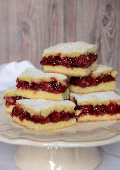 Meggyszezonban az egyik kedvenc süteményünk.       Hozzávalók 25 x 35 cm-es tepsihez       A tésztához   50 dkg liszt   20 dkg porc...