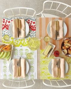 Har du restbitar av fina sommartyger kan det vara en rolig och snygg idé att sy bordstabletter. De behöver inte ens vara lika stora. Sicksacka kanterna, vik in 1 cm och pressa, sy med raksöm. Idé och bild från www.marthastewart.com