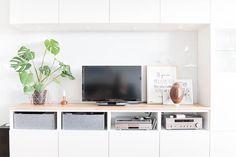 Ikea Hack: Besta mit Holzplatte! Mit einer Eichenholzplatte aus dem Baumarkt machst du aus Ikea Möbeln ein DIY Designerstück. ➤ Hier geht's zur Anleitung