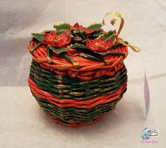 Cristina Sosio-Creativa - Cestino bonbon natalizio. Il cestino intrecciato è lavorato con la tecnica di base della cesteria tradizionale, ma utilizzando un materiale riciclato, versatile e duttile come la carta. Il cestino è colorato con colori acrilici e rifinito con vernice finale all'acqua. E' completato con decorazioni in carta realizzate a mano. Wicker Baskets, Crafts, Paper Envelopes, Tejidos, Weaving, Candy, Manualidades, Handmade Crafts, Craft