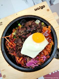 Bibigo Stone Pot Option – 1/2 white rice, 1/2 noodles, Bulgogi meat, all veggies except kale, Kohot sauce drizzled all over, topped with an extra egg!  Presentation looked very appetizing, taste-wise, it's excellent as well.