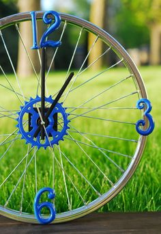 DIY Bike Rim Clock - perfect gift for bikers. Or a neat outdoor clock Bicycle Decor, Bicycle Rims, Bicycle Art, Fun Crafts, Arts And Crafts, Outdoor Clock, Cool Clocks, Diy Clock, Bike Wheel